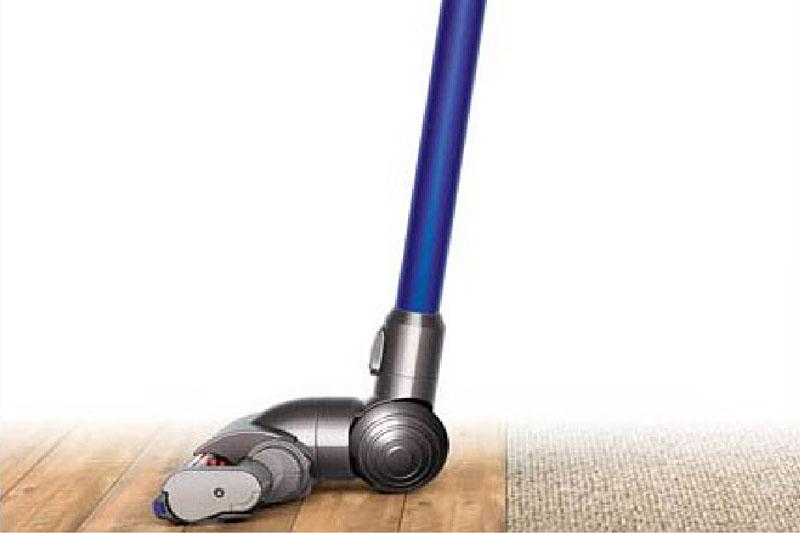 ちなみに、ヘッドの可動範囲も非常に広い。床にヘッドを密着させた状態でも、パイプ部が床と垂直になるまで動く