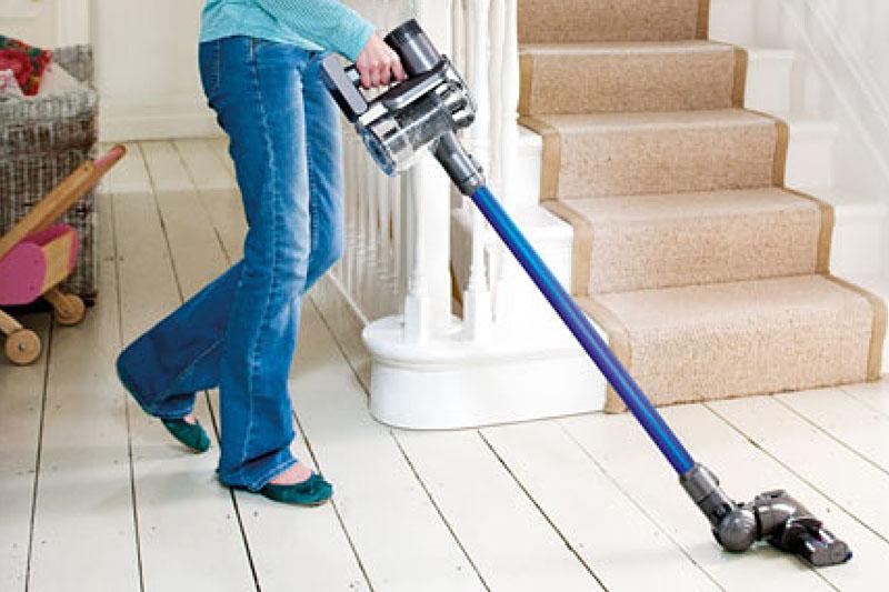 重心が手元にあるので、階段を上がりながらの掃除もラクだ