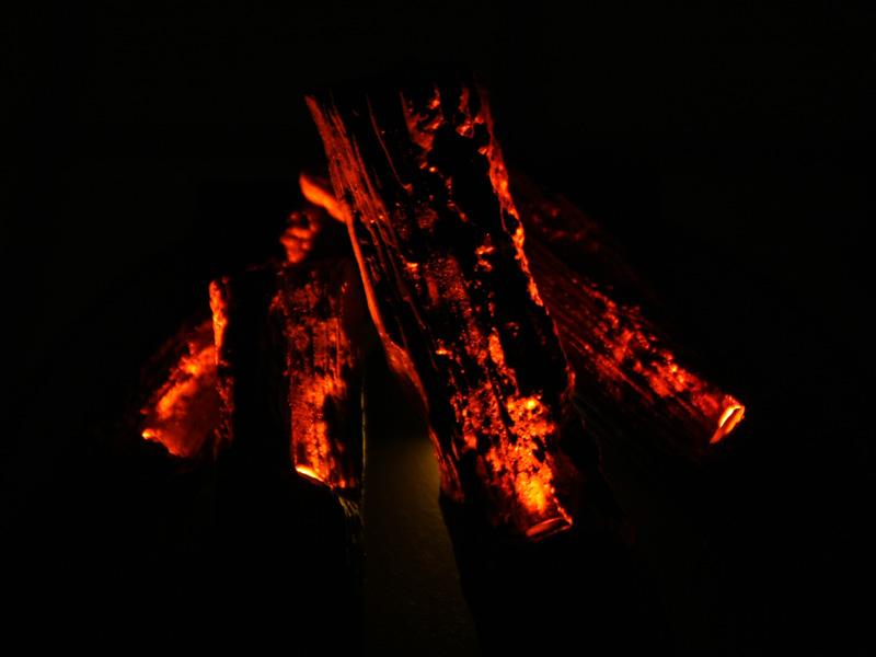 台座が見えなくなる暗闇だと、ホンモノとFireWoodの区別がつかない。ちなみに右がホンモノの炭