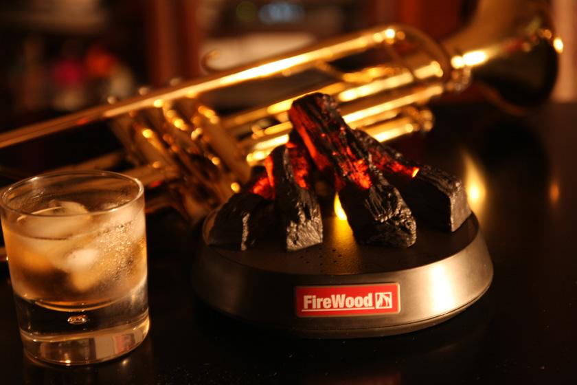 FireWoodは、大人じゃなければ楽しめない。部屋を暗くしてFireWoodの灯りでウィスキーを片手に映画を見ると最高のひと時になる