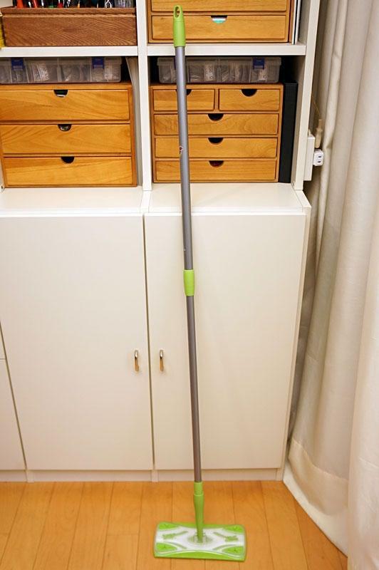 住友スリーエム(3M)の「スコッチ・ブライト フロアワイパー」の「伸縮タイプ(FW-TSS)」。ハンドル長さを81~130cmの間で伸縮できる