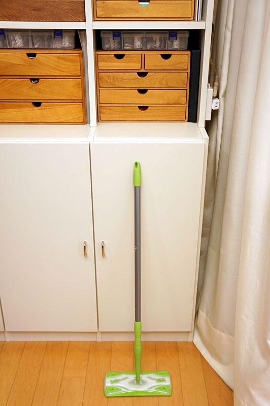 短くした状態だと収納にも便利。全体的に非常に頑丈なフロアワイパーなので、床のホコリ除去からワックスがけまで幅広く利用できる
