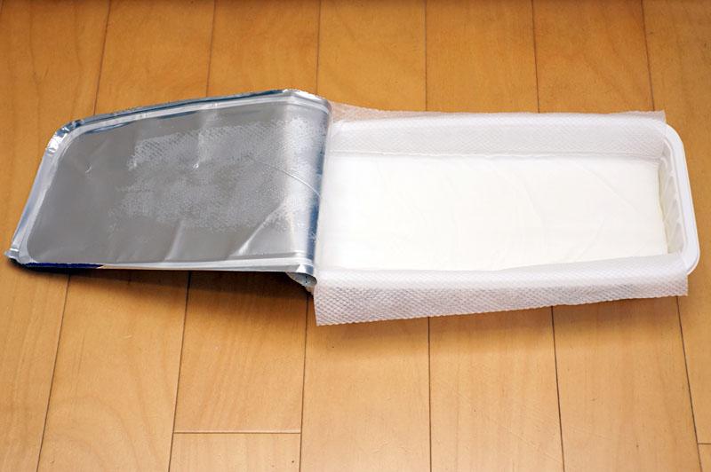 パッケージはシート保存容器になっている。開いて上にフローリングワイパーヘッドを乗せ、手軽にシートを装着できる
