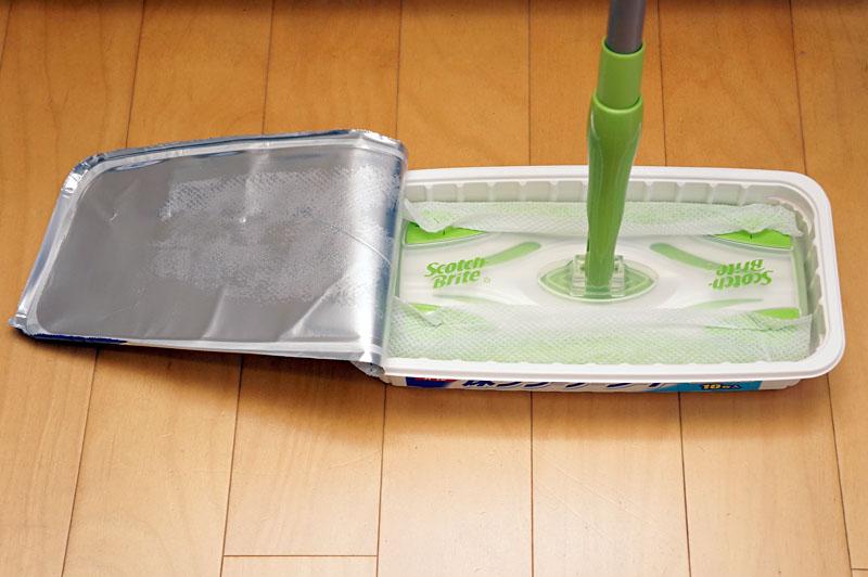 装着が完了。このままヘッドを抜き上げ、床掃除へと移行。指先に洗剤が付くが、ほぼ手を汚さずにシートを交換できる