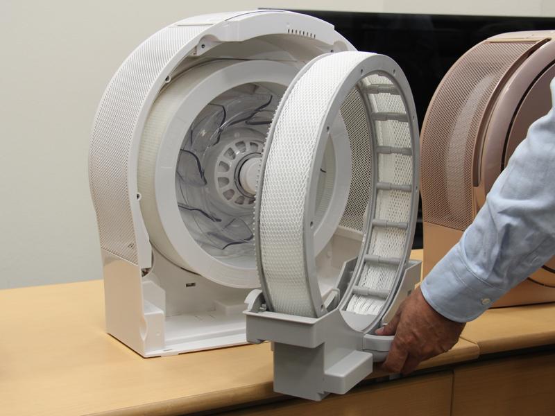 ファンを取り囲むように、円形の加湿・空気清浄フィルターが設置されている。写真は加湿フィルター