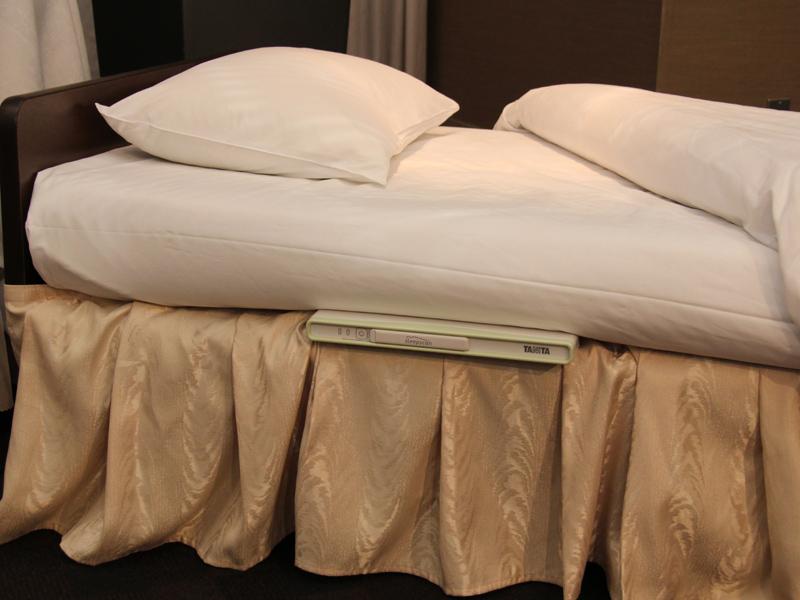 スリープスキャンはベッドマットの下に設置されている