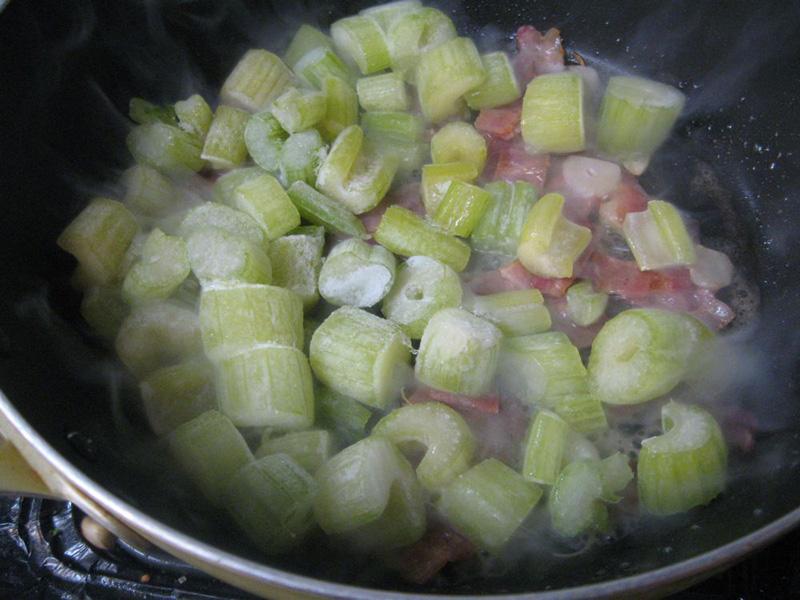 簡単な野菜スープもベジータの冷凍野菜機能を使えば、簡単にできる。まずは、ベーコンとニンニクを炒めたところに「野菜冷凍」しておいたセロリを凍ったまま投入