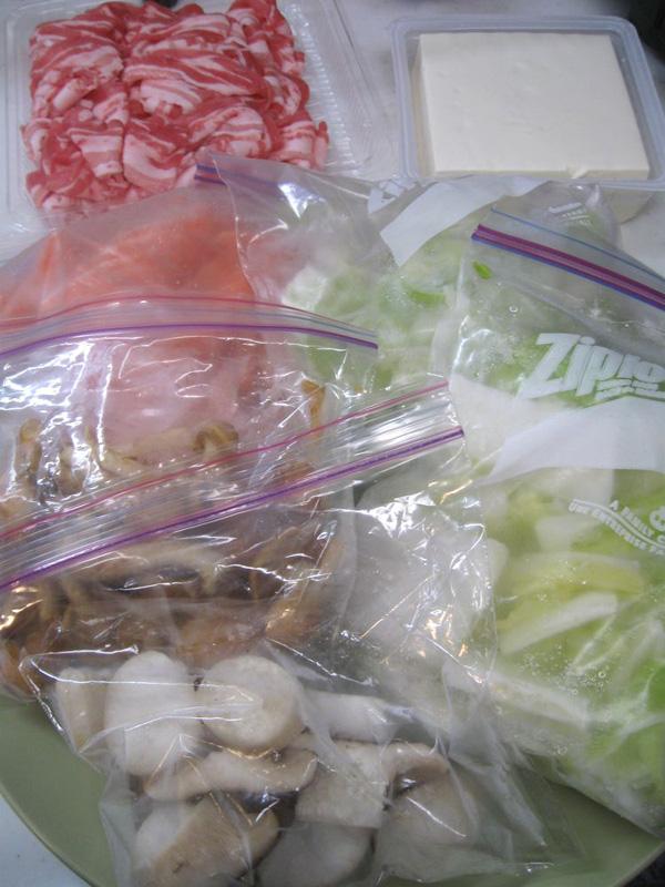 肉と豆腐以外はすべて「野菜冷凍」「野菜冷凍ドライ」しておいた野菜やキノコを使った「超スピーディな鍋」、切る手間さえも省けて便利