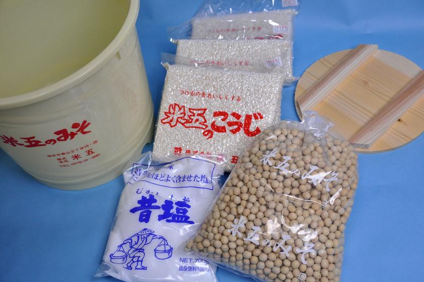 大豆、米こうじ、塩、内蓋、説明書が入っている