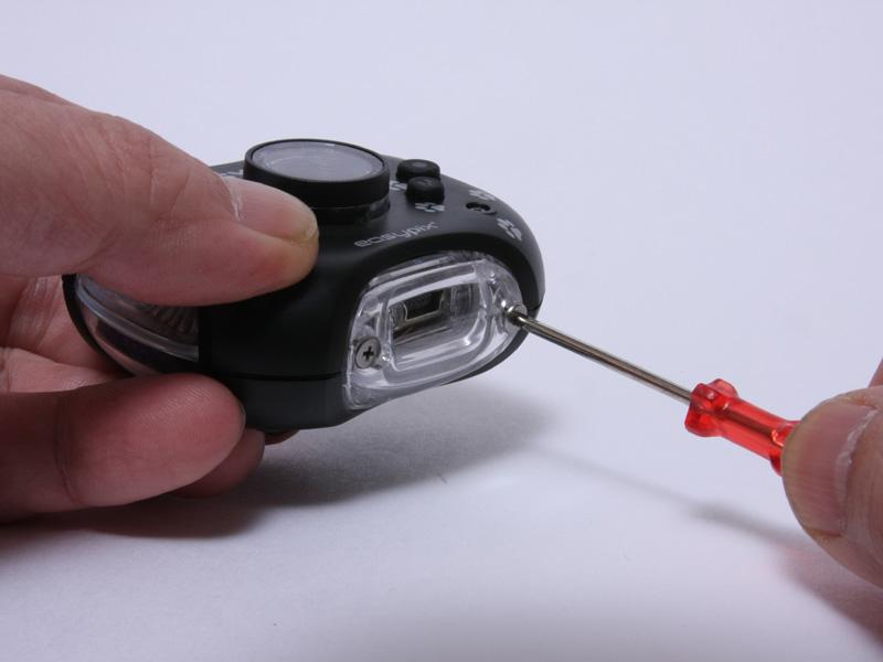 microSDやUSBケーブルの抜き差しは、本体下部のフタを固定しているネジを添付のドライバーで外す