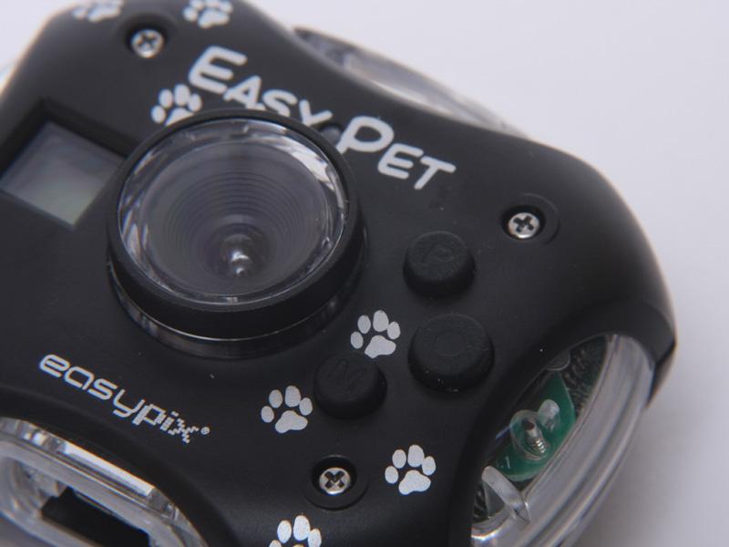 Pと刻印された上のボタンが電源、中央が撮影開始・シャッターボタン、Mとあるのがモードボタンだ