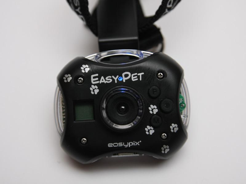 レンズ上の「EAST」と「PET」の印刷の間にある小さなLEDが、撮影状態を示すランプ