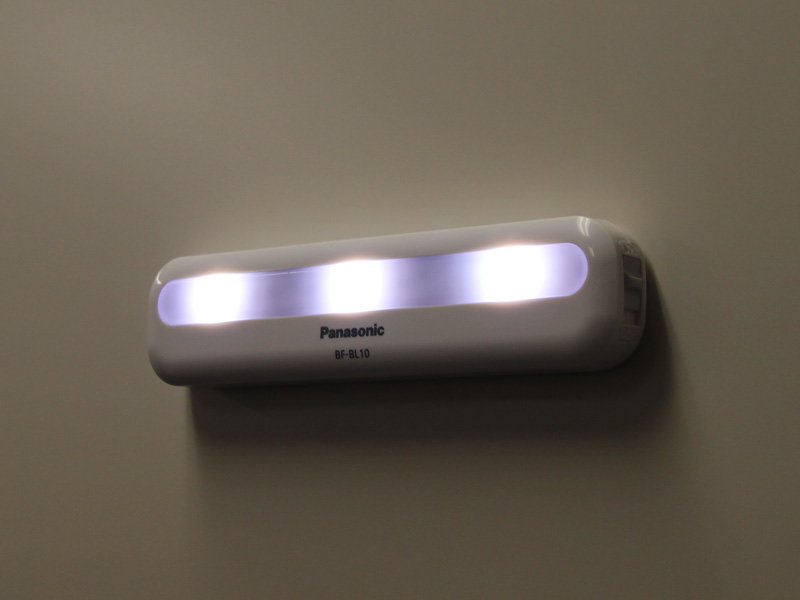 マグネットで壁に収納したところ。LEDは3灯搭載する