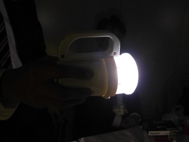 手に持って点灯したところ。直進方向だけでなく、周りにも光が広がる