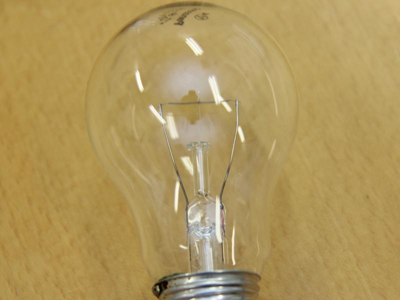 白熱電球は、電球内部のフィラメント(写真中央の細い線)が光る。これはエジソンが発明したころから変わっていない