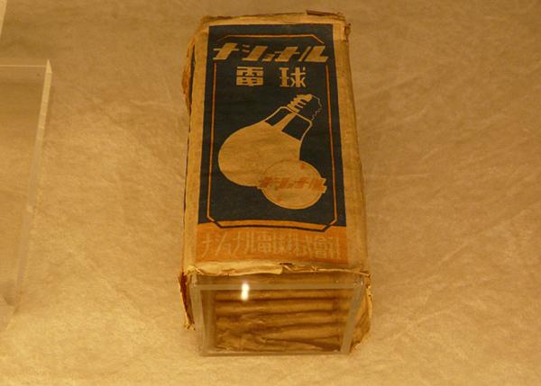 パナソニックが初めて製造した白熱電球のパッケージ(大阪府門真市の松下幸之助歴史館にて撮影)