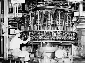 高槻工場に導入された、電球の製造マシン(パナソニックのホームページより)