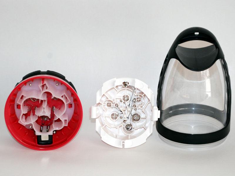 3種類の乾電池が使えるように電極周囲は複雑な構造になっている