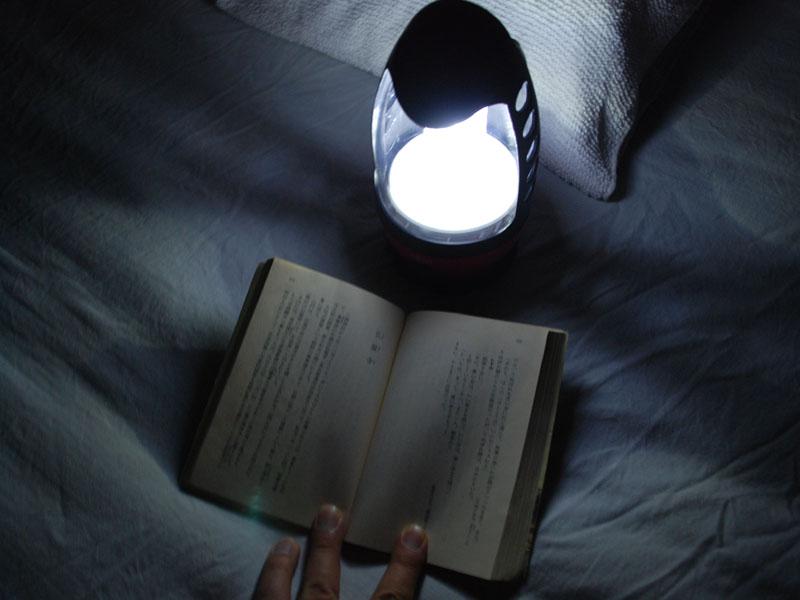本体の足元で読書をするには、ちょっと暗い