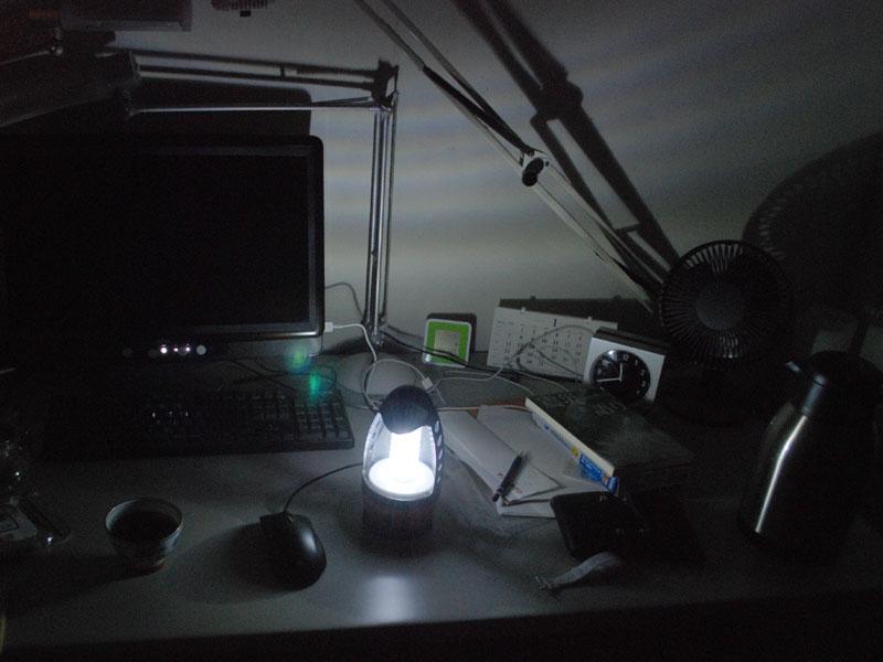 机の上に置いてみる。日常的な作業はこれだけでできる明るさがある