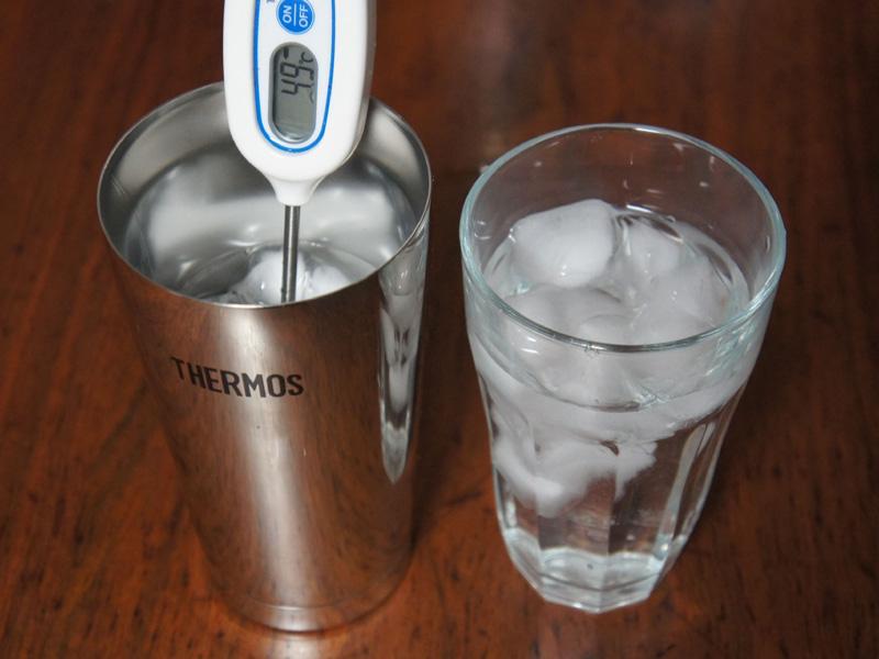 真空断熱タンブラーとガラス製のタンブラーにそれぞれ氷と水を入れて、保冷効果を比較してみた