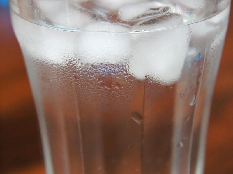 ガラス製のタンブラーには結露が発生しているが、真空断熱タンブラーは表面が冷たくならないので、結露は生じない