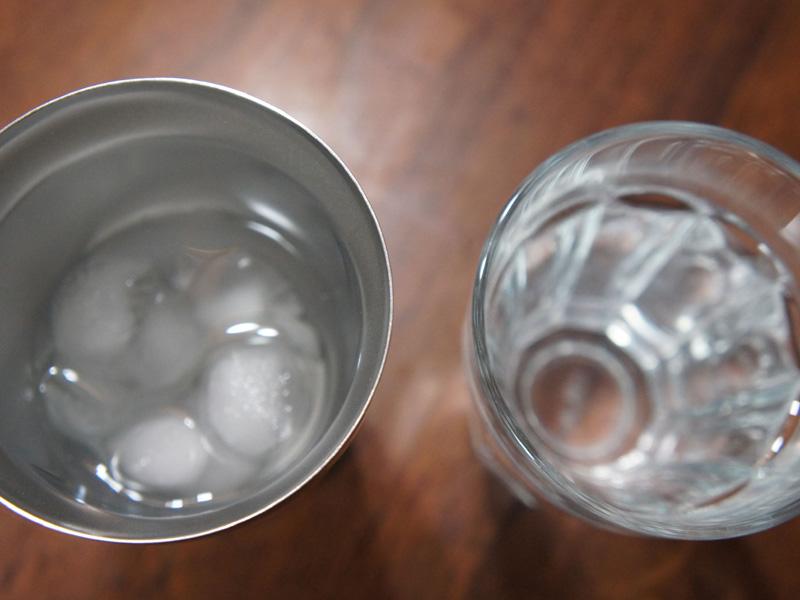 ガラス製タンブラーの氷は溶けても、真空断熱タンブラーはこんなに氷が残っている