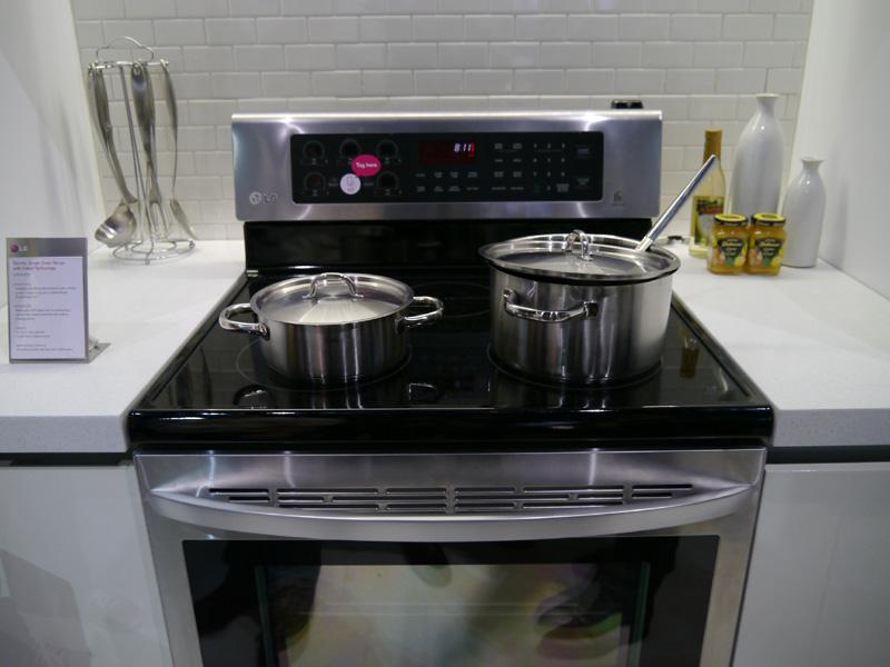 レシピに合わせて温度や時間を自動設定してくれるスマートオーブン