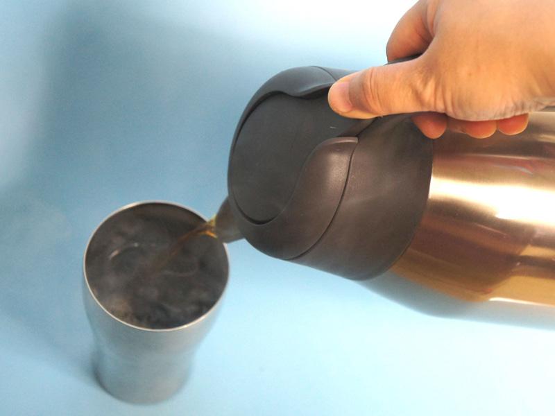 ワンタッチレバーなので、片手でコーヒーを注ぐことができる