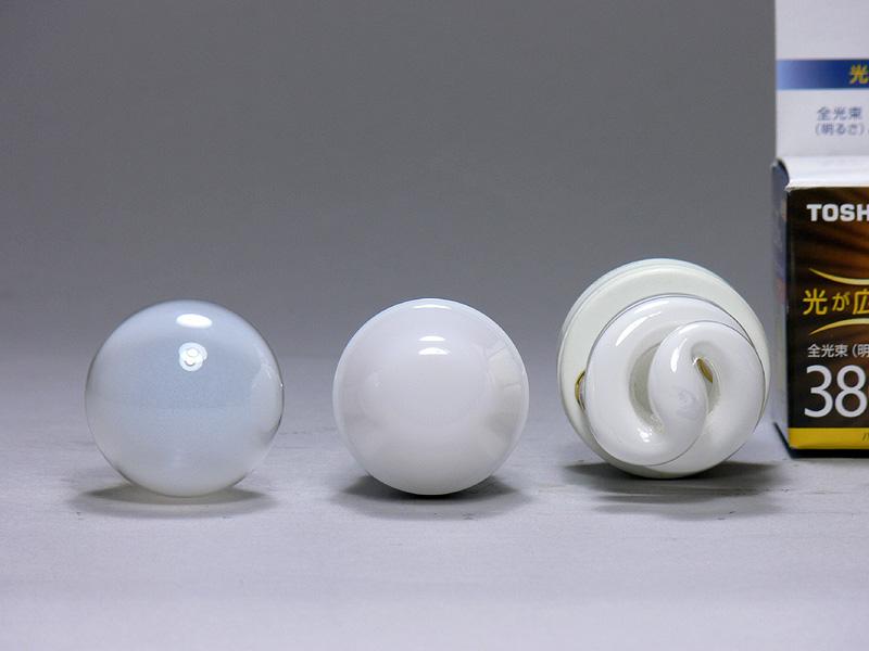 直径は34mm(中央)で、ミニクリプトン電球よりも1mm小さかった。真上からはアルミダイカスト製の放熱部が見えるが、白色なのでさほど気にならない。LEDを覆うカバーはポリカーボネート樹脂