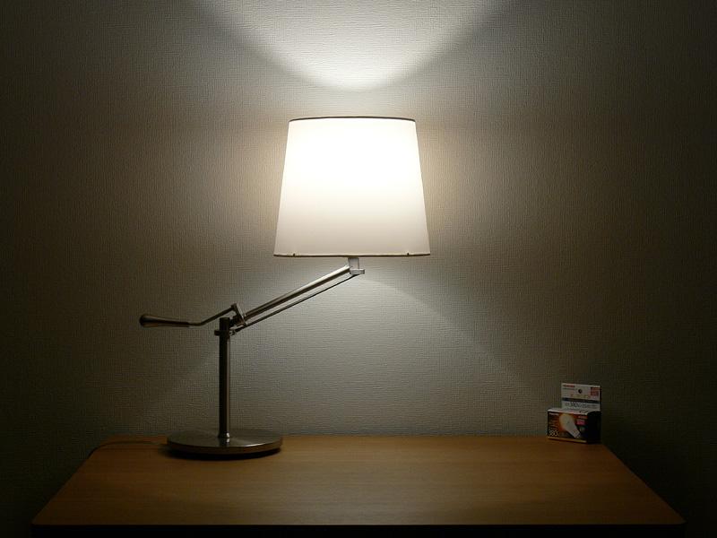"""<strong class="""""""">【E-CORE E17 LDA6LGE17S】</strong><br class="""""""">光は上方へ強く放たれるが、下方へも光が届いている。器具のシェードは2/3以上が明るく輝いている"""