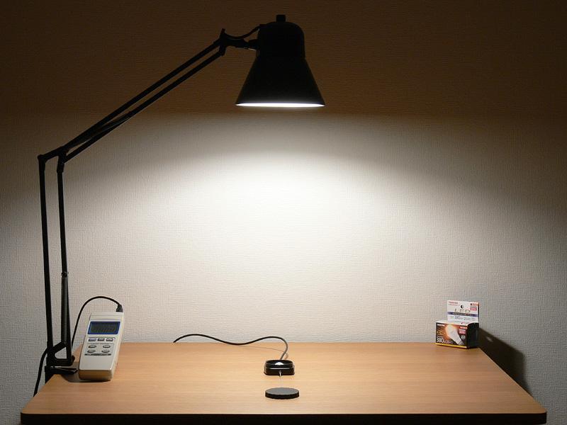 """<strong class="""""""">【E-CORE E17 LDA6LGE17S:404lx(点灯15分後)】</strong><br class="""""""">直下の値は40W形ミニクリプトン電球よりも少し劣るが、光がたっぷり広がるので暗くなったという印象にならない。なお、点灯直後は422lxだった"""