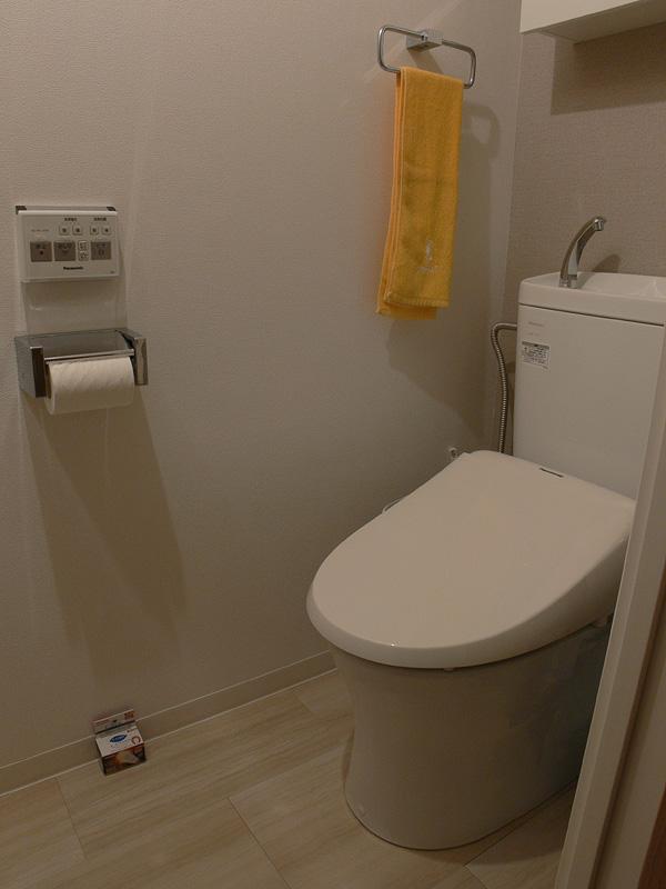 """<strong class="""""""">【E-CORE E17 LDA6LGE17S】</strong><br class="""""""">狭い空間のトイレの場合、40W形小型電球よりもむしろ明るい印象だ。清潔感が感じられる"""