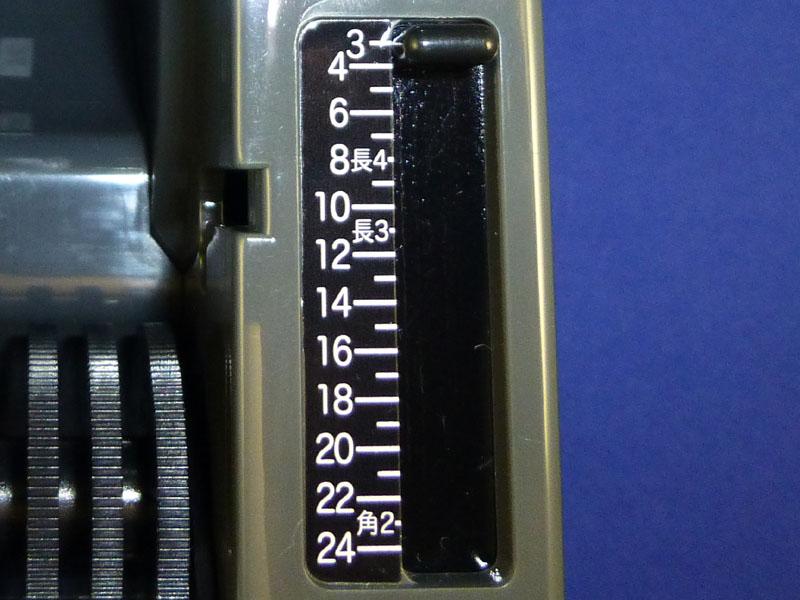長さ設定レバー。数字はcm単位。封筒サイズに合わせた位置も用意されている