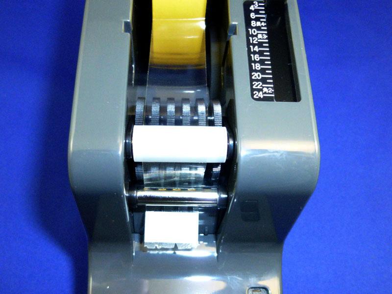 ローラーの下にテープを通すときは、先頭部分を折り返して貼り付かないようにするとやりやすい