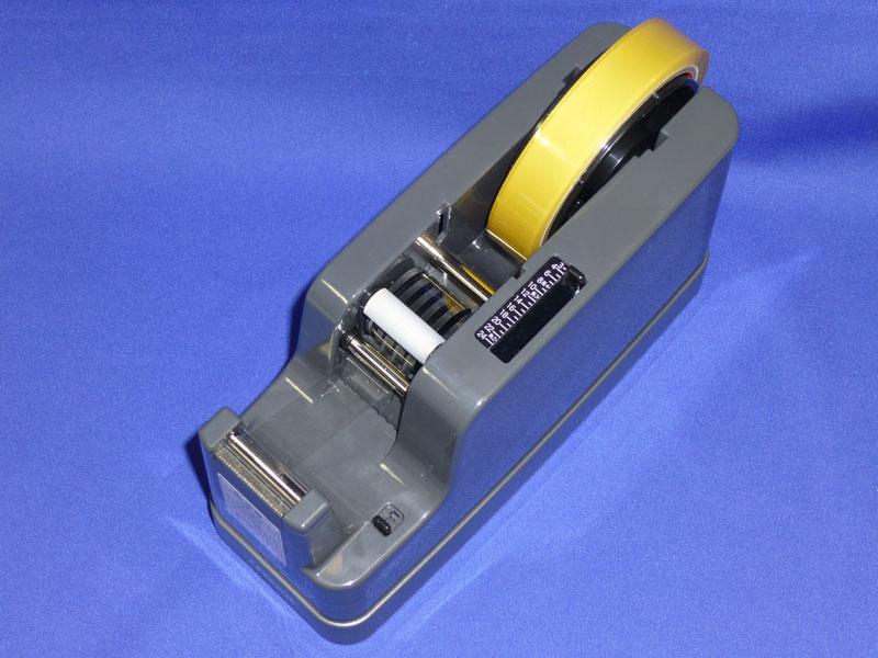 セットしたテープは通常の太巻きで直径は約10cm弱なので、本体の大きさがわかる