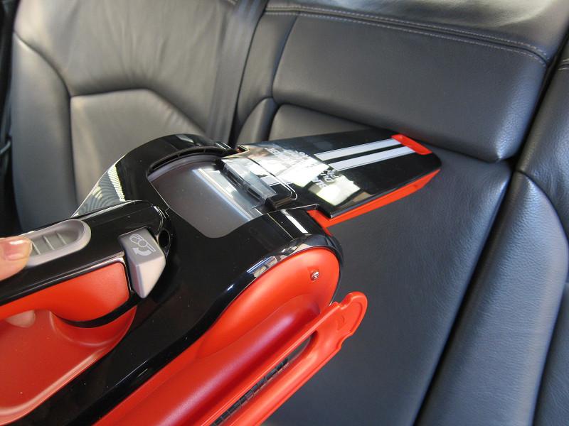 ホコリが詰まっているシートの背もたれのすき間。素手では取り除きにくいゴミも、ピボットオートが吸い込む