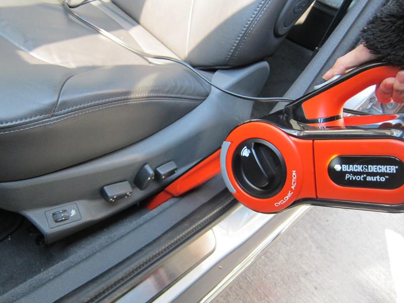 シートと扉の間は大変汚れが溜まりやすく、そしてとても掃除しにくいところだ。だが、ピボットオートなら簡単に奥まで掃除できる