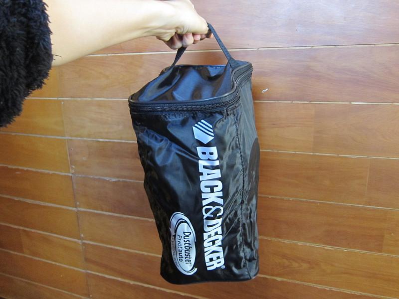 ポーチには、本体や付属品がすっぽりおさまる。使わないときは棚や車のトランクに収納できる