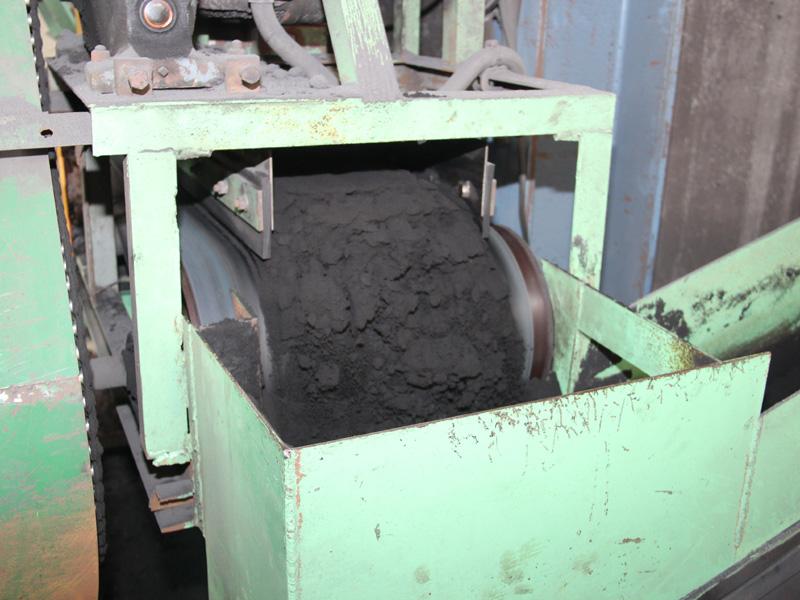ミキサーから出てきた鋳型用の砂。炭素が含まれているため真っ黒だ
