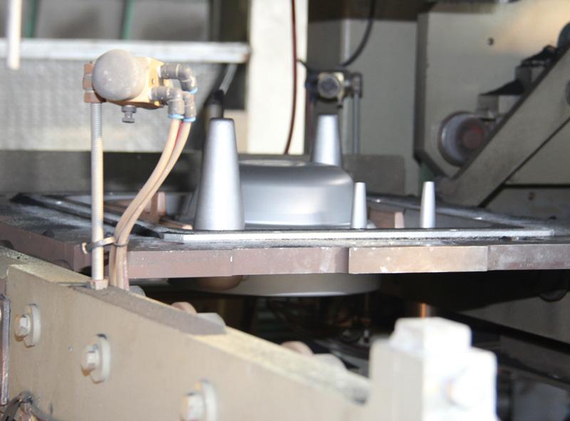 中央に見えるのが内釜の金型。何本か突起が突き出ているのは、鉄を流し込む方案や空気抜きの穴となっている