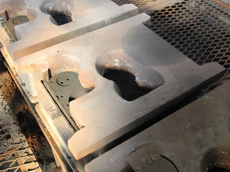 できあがった鋳型。成型に使った水色の枠は外され、銀色の枠のみが残っている。鋳型の上には、数十kgはありそうな重りを置く
