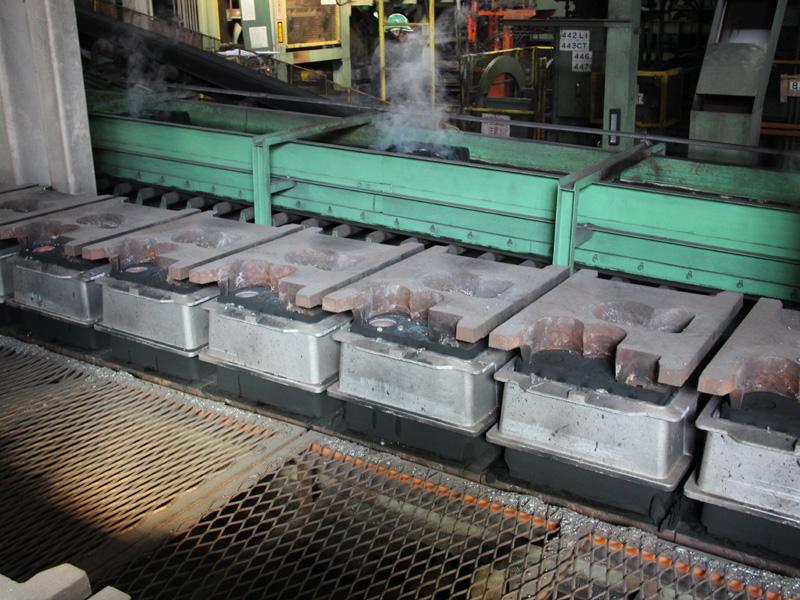 鉄が流し込まれるのを待つ鋳型の列