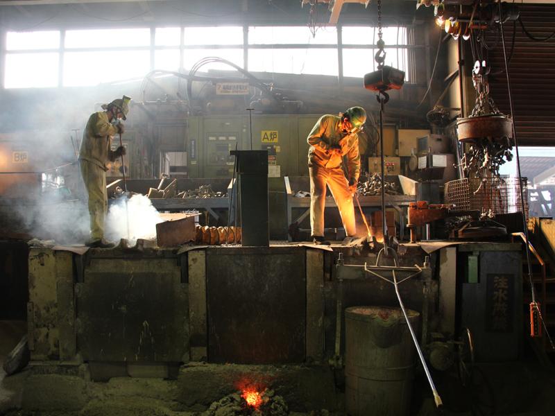左の炉は鉄を溶かしている最中、右は溶解が完成間近の炉
