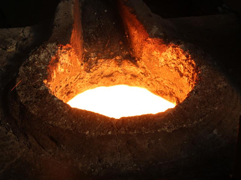 完成間近になると、火山のマグマのような溶けた鉄になる