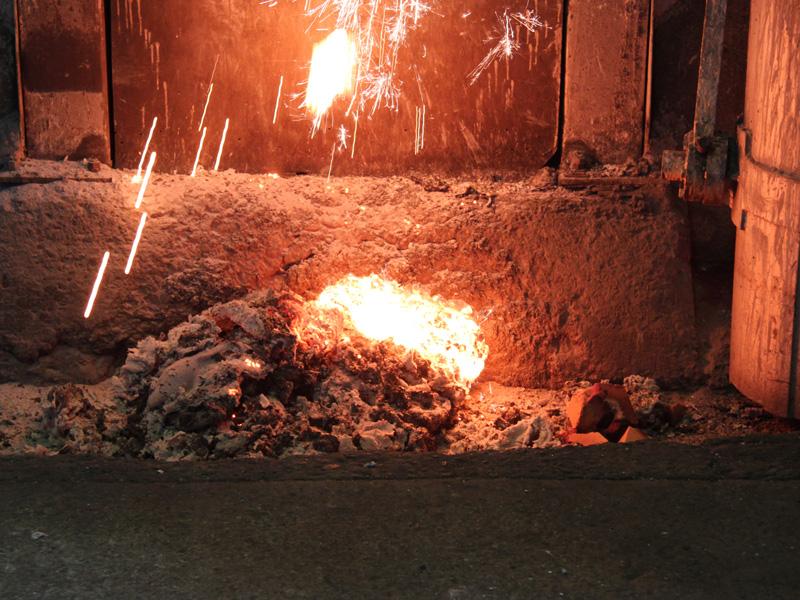 取り除かれたスラグ。これは二酸化ケイ素や酸化マグネシウムなどリサイクルが難しい鉄だ
