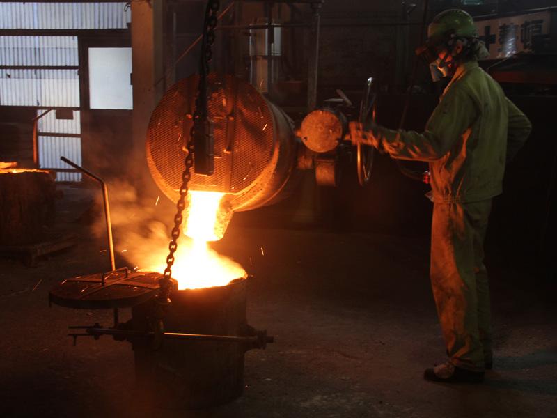 500kgの鉄は250kgの容器2つに移される。これは作業をしやすくするためだ