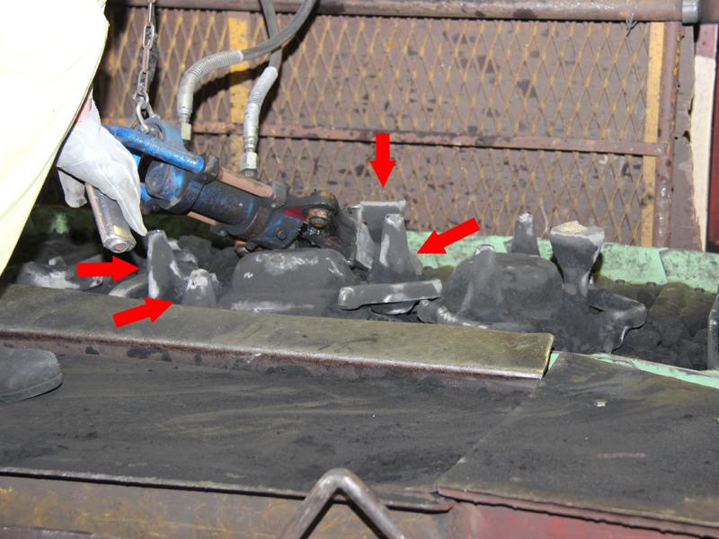 クサビ型の先を方案(矢印部分)と内釜の間にゲットペッカーを差し込み、油圧でクサビを広げると、音もなく引きちぎることができる