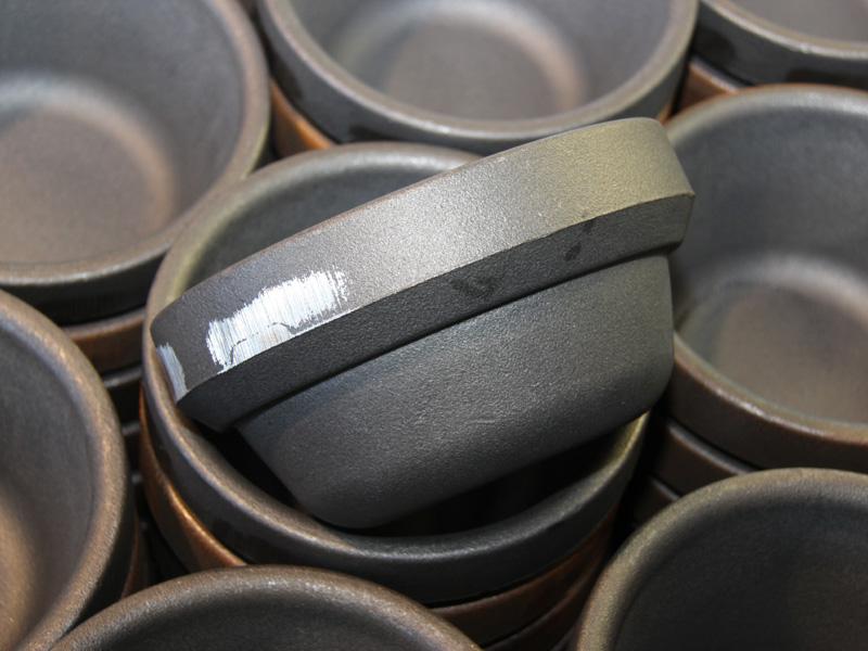 バリを削った状態の内釜。重さは7kgもあり、腕力がないと片手で持ち上げるのは無理だ。ここから製品を削りだしていく