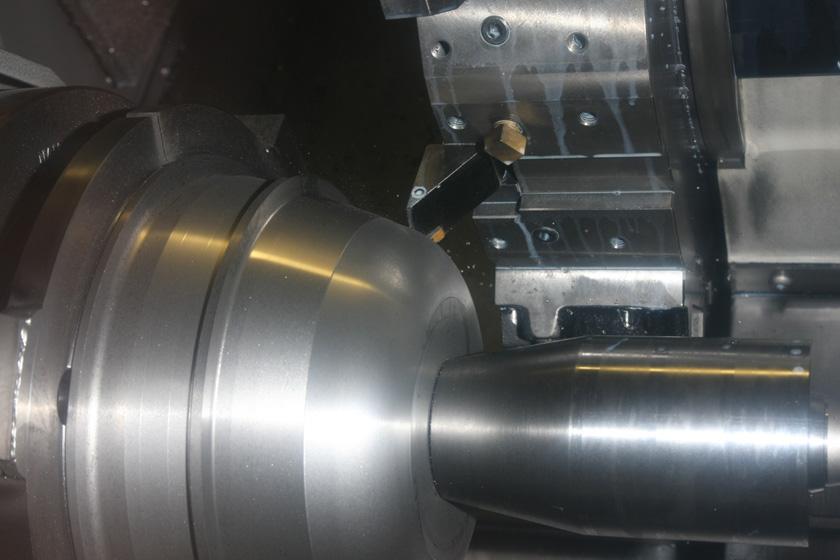 大型の工作機械を使っても、一度に削れるのは数ミリ。刃を何度も何度も往復させて、製品の形に近づけていく